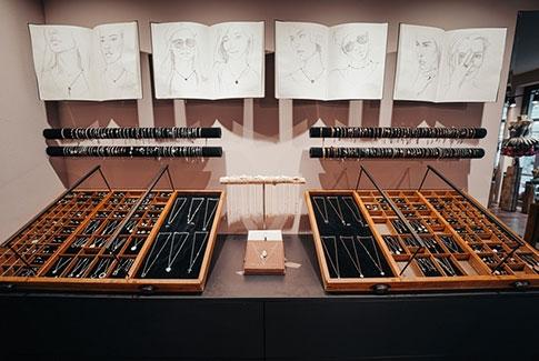 Schmuck-Display im Schmuckladen-Store in Dresden